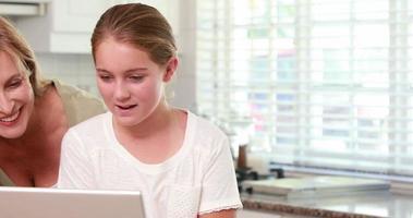 madre e figlia utilizzando laptop insieme video