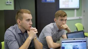 due simpatici giovani studenti che parlano in una classe