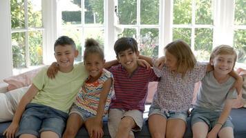 grupo de crianças multiculturais no assento da janela juntos video