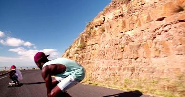 Groupe racial mixte d'adolescents skateboarders descente ensemble
