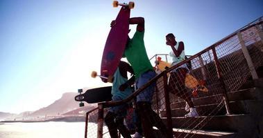 coole tiener skatervrienden die samen met heldere hemel boven lopen