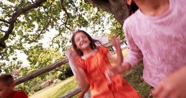 Grupo de raza mixta de niños pequeños jugando juntos en el parque