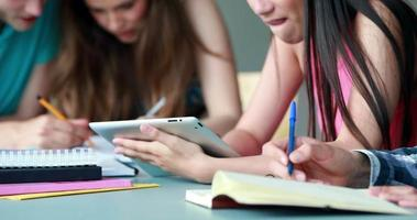 colegas estudando e usando o tablet pc video