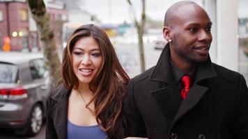 Ein Paar geht die Straße entlang, während es sich an den Händen hält video