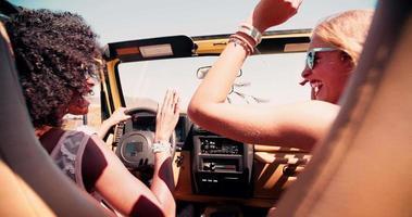 jugendlich Mädchen auf einem Roadtrip Urlaub zum Strand video