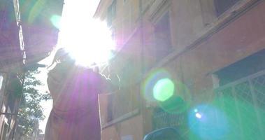 mulher com almofada caminhando ao ar livre em dia ensolarado video