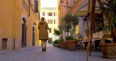 mujer en la calle usando la almohadilla para hacer fotos o videos