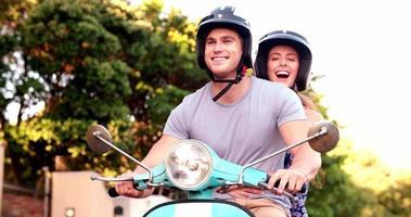 glimlachend paar dat op een roadtrip op hun scooter vertrekt video