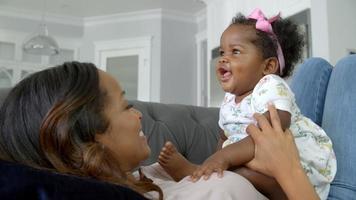 câmera lenta da mãe brincando com a filha em casa video