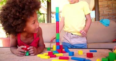 amici di bambini di razza mista che giocano con i mattoni