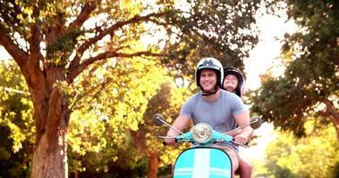 Paar, das die Sehenswürdigkeiten auf einem Roller-Roadtrip liebt