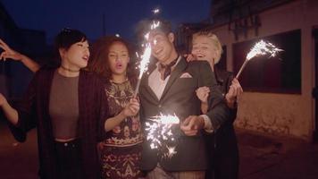 grupo de amigos com fogos de artifício na rua da cidade video