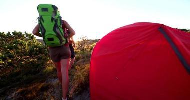 caminhante saindo de sua barraca enquanto caminham ao nascer do sol video