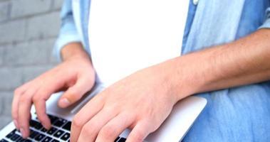 modischer Mann mit Laptop video