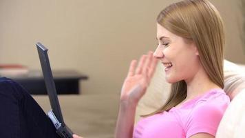 schöne junge Frau, die mit Freunden über einen Boten kommuniziert. zeigt ihnen ihren Verlobungsring