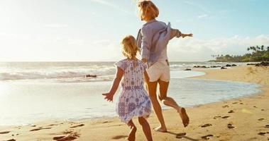 madre e hija jugando en la playa