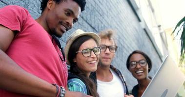 i giovani hipster stanno cercando un laptop video