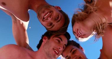 amigos jogando vôlei de praia video