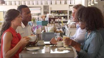 Gruppe von Freunden, die Getränk im Café genießen, erschossen auf r3d video