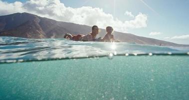 vader en zon surfen