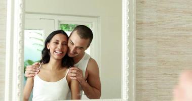 sonriente, pareja joven, frente al espejo