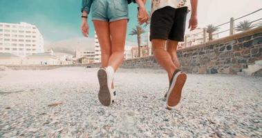 Die Beine des Hipster-Paares gehen in Zeitlupe
