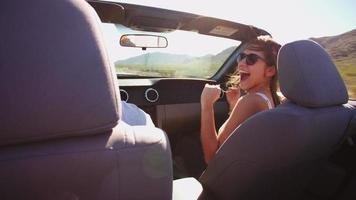 coppia in viaggio di guida in macchina decappottabile girato su r3d