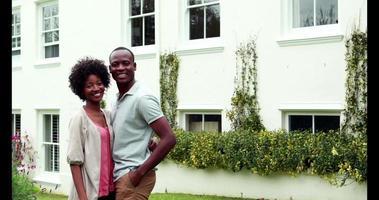casal feliz fora de sua nova casa
