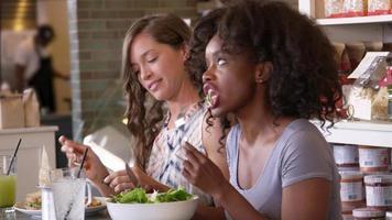 Freundinnen, die das Mittagessen im Restaurant genießen, erschossen auf r3d video