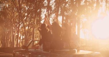 amici adolescenti che si abbracciano gioiosamente durante il loro viaggio al tramonto