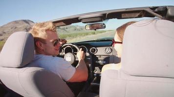 coppia in viaggio di guida in macchina decappottabile girato su r3d video