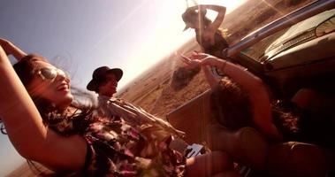 amigos hipster visitando un parque eólico durante su viaje por carretera video