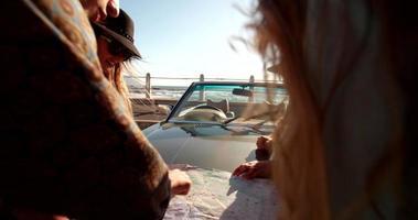 grupo de amigos planejando sua viagem na praia