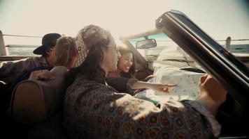 amigos hipster planejando sua viagem de verão à beira-mar com conversível