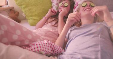 Mädchen mit Gurke auf den Augen als Schönheitsbehandlung