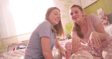 Teenager-Mädchen bewundern ihre neu lackierten Nägel