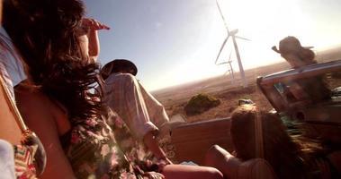 chica inconformista viendo aerogeneradores desde el coche en viaje video