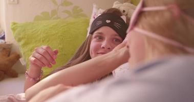chicas que tienen una fiesta de pijamas con lindas máscaras para dormir