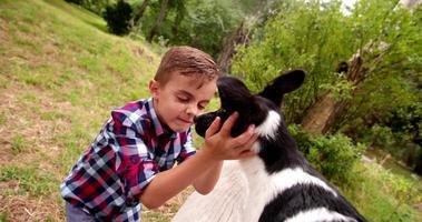 Niñito abrazando y acariciando a su perrito en el parque