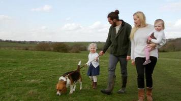 familia en invierno a pie con perro mascota rodada en r3d