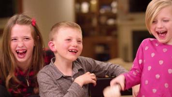 Drei Geschwister essen Eis und lachen in Zeitlupe video