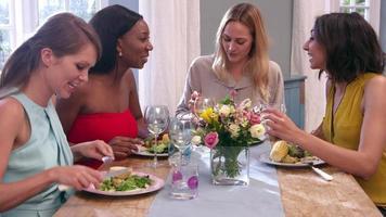 amiche intorno al tavolo a cena girato su r3d video