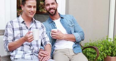 coppia omosessuale che beve in una tazza