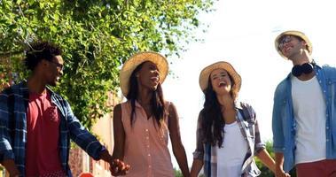 gli hipster tengono per mano e camminano per strada video