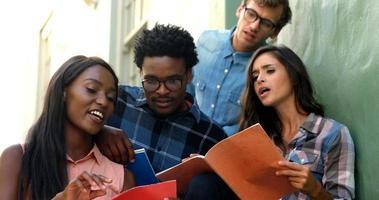 jóvenes hipsters están buscando cuadernos