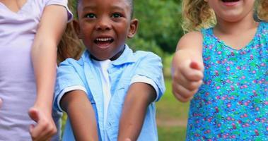 crianças felizes olhando para a câmera com o polegar para cima