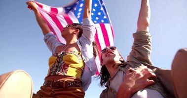 Amigos adolescentes estilo hipster disfrutando de un viaje por carretera en América