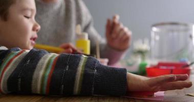 padre e figlio seduti a casa dipingono foto scattate su r3d video