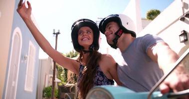 Paar auf einem Roller macht ein Selfie video