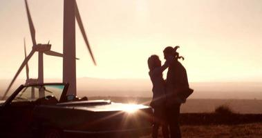 Amantes hipster abrazándose en viaje por carretera al atardecer en California video